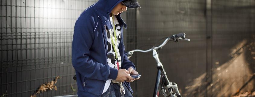 Jongere op straat met capuchon op