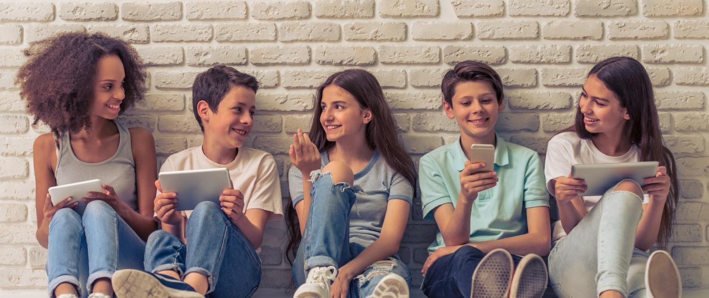 Tieners met tablets en smartphones