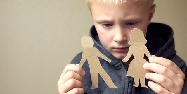 Jongetje met papieren afbeelding van gescheiden ouders
