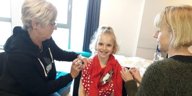 Meisje van 9 jaar krijgt in twee armen een vaccinatie