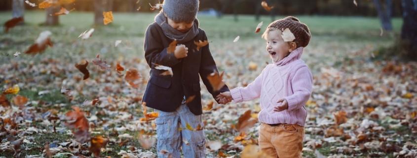 Twee jongeren kinderen in het bos